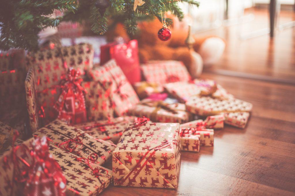 Weihnachtsgeschenke unter Weihnachtsbaum - Geschenkideen