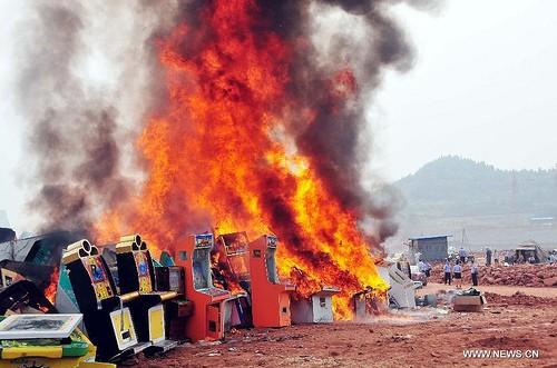 Chinesische Polizei verbrennt Spielautomaten