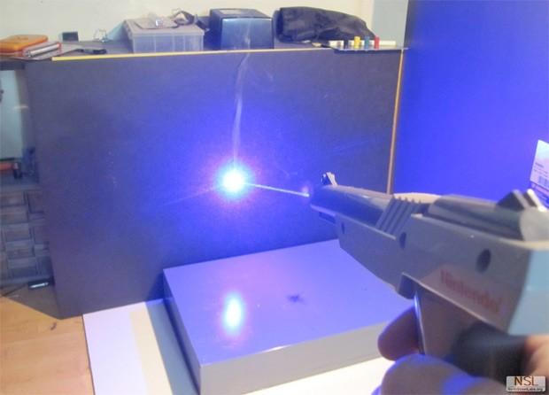 Funktionstüchtige Laserpistole aus NES-Waffe
