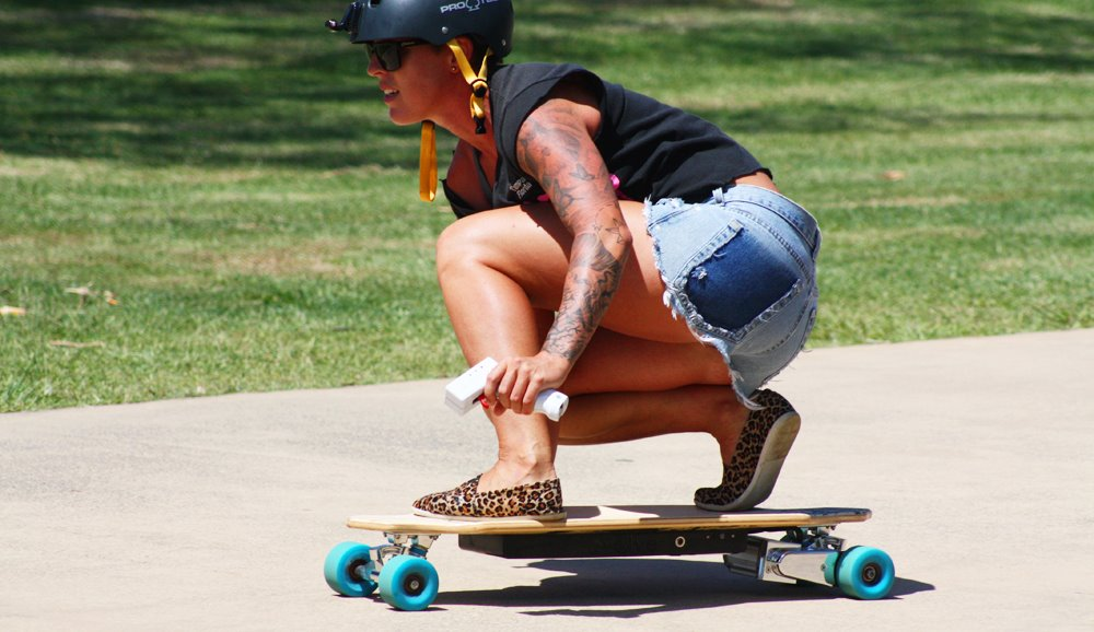 Skateboard mit Elektroantrieb fährt 36 km/h