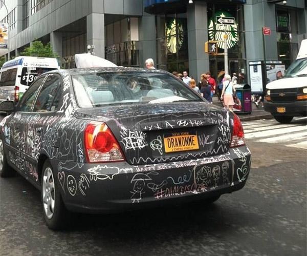 Auto mit Tafellack lädt Passanten zum Kritzeln ein