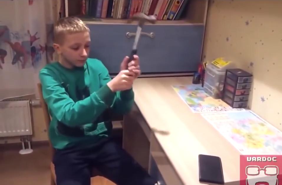 Video: Härtetest einer Smartphonehülle geht schief