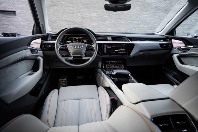 Audi e-tron Innenraum Cockpit